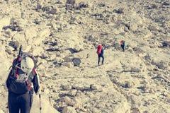 Caminante que aborda un camino rocoso fotografía de archivo libre de regalías