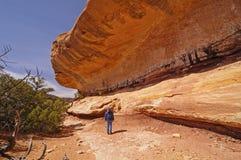 Caminante que admira el pen¢asco de la piedra arenisca Imagen de archivo libre de regalías