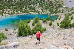 Caminante que camina abajo al lago Foto de archivo libre de regalías