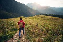 Caminante que camina abajo de un rastro en el desierto Foto de archivo libre de regalías