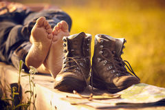 Caminante que camina descalzo en el banco que miente en la puesta del sol Imágenes de archivo libres de regalías