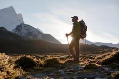 Caminante que camina en montañas cárpatas del invierno Imagenes de archivo