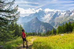 Caminante que descansa delante de Monte Bianco majestuoso (Mont Blanc) imagen de archivo