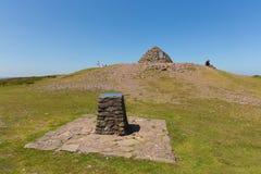 Caminante que disfrutan de un resto en el tiempo hermoso del verano que sube al top de la colina de Dunkery, Somerset Foto de archivo libre de regalías