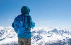 Caminante que mira la montaña nevosa foto de archivo