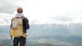 Caminante que mira la visión en montaña de la alta altitud sobre las nubes almacen de metraje de vídeo