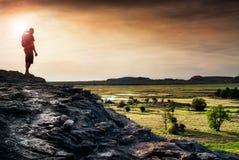 Caminante que mira los terrenos de aluvión de Nadab desde arriba del rocho de Ubirr fotos de archivo libres de regalías