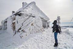 Caminante que mira un edificio nevado Imagen de archivo