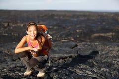 Caminante que muestra la lava en la isla grande, Hawaii Fotografía de archivo