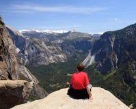 Caminante que pasa por alto la opinión de Yosemite Imagen de archivo