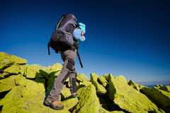 Caminante que recorre en montañas del otoño Imágenes de archivo libres de regalías