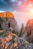 Caminante que se coloca sobre el barranco de la montaña Fotos de archivo libres de regalías