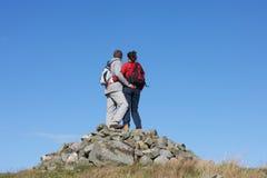 Caminante que se colocan en la pila de rocas Foto de archivo