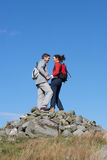 Caminante que se colocan en la pila de rocas Fotos de archivo