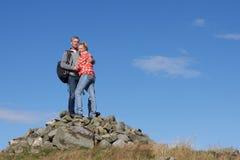 Caminante que se colocan en la pila de rocas Imagen de archivo libre de regalías