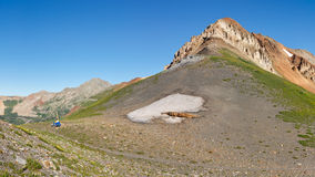 Caminante que se reclina en el paso de montaña Imagen de archivo libre de regalías