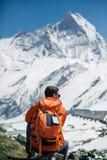Caminante que se sienta debajo de la cumbre Fotografía de archivo libre de regalías