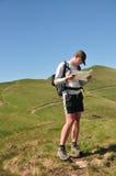 Caminante que sostiene una correspondencia Fotos de archivo libres de regalías
