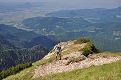 Caminante que sube en las montañas de Bucegi Imagen de archivo