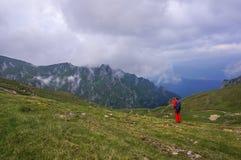 Caminante que toma imágenes en las montañas Foto de archivo libre de regalías