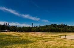 Caminante solo en parque del riverdale Foto de archivo libre de regalías