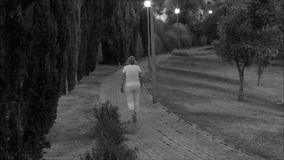 Caminante solo en un callejón en Lisboa, Portugal almacen de metraje de vídeo