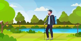 Caminante turístico del hombre con el palillo de la tenencia de la mochila que emigra caminando al viajero del concepto en paisaj ilustración del vector
