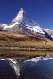 Caminante y reflexión de Matterhorn Fotografía de archivo libre de regalías