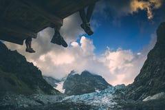 Caminantes cerca del glaciar Stylization de Instagram Imagenes de archivo
