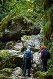 Caminantes con las mochilas en un barranco Imagenes de archivo
