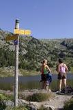 Caminantes de las mujeres en paisaje de la montaña Fotos de archivo
