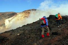 Caminantes del borde del volcán Fotos de archivo libres de regalías