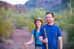 Caminantes del desierto en la trayectoria de la montaña Foto de archivo libre de regalías