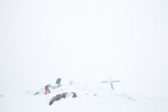 Caminantes del invierno en el top Foto de archivo libre de regalías