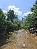 Caminantes del río en selva fotos de archivo