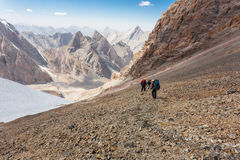 Caminantes en altas montañas Fotos de archivo libres de regalías