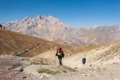 Caminantes en altas montañas Fotografía de archivo libre de regalías