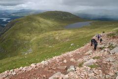 Caminantes en Ben Nieves Escocia Imagen de archivo libre de regalías