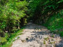 Caminantes en el camino de 52 túneles en el macizo de Pasubio imagenes de archivo