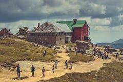 Caminantes en el chalet de Babele, montañas de Bucegi, Rumania Fotos de archivo libres de regalías
