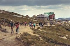 Caminantes en el chalet de Babele, Rumania Fotos de archivo