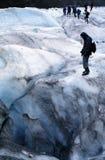 Caminantes en el glaciar Imagen de archivo libre de regalías