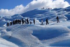 Caminantes en el glaciar merino de Perito en Patagonia Fotos de archivo libres de regalías