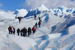 Caminantes en el glaciar merino de Perito en Patagonia Foto de archivo