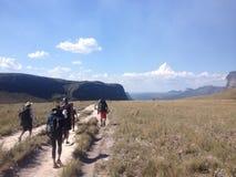 Caminantes en el valle, Chapada Diamantina, el Brasil Fotos de archivo libres de regalías