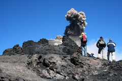 Caminantes en el volcán el Etna imagenes de archivo