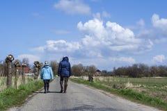 Caminantes en el Westerlanderkoog fotografía de archivo libre de regalías