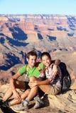 Caminantes en Grand Canyon que camina el retrato de los pares Foto de archivo libre de regalías