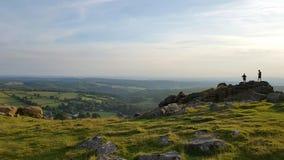 Caminantes en la cumbre de Sheepstor Parque nacional de Dartmoor, Devon Uk Fotografía de archivo