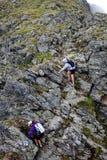 Caminantes en la montaña foto de archivo